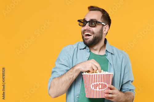 Foto Excited young man in casual clothes 3d glasses isolated on yellow background in studio