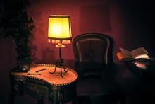 Mesita Y Lámpara En Habitación Antigua Vintage