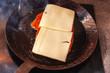 Schnitzel mit Käse belegt in einer handgeschmiedeten Pfanne beim braten