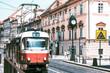 Prag Tschechien, alte rot weiße Straßenbahn fährt durch die Altstadt