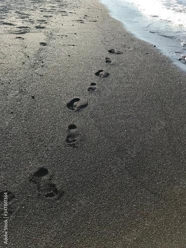 Photo Dejando pistas en la arena negra