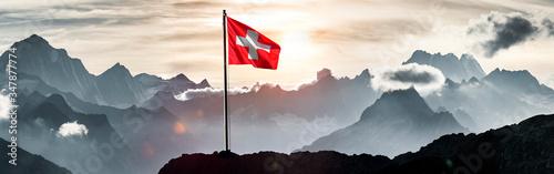 Fotografering Schweizer Flagge vor Schweizer Alpen