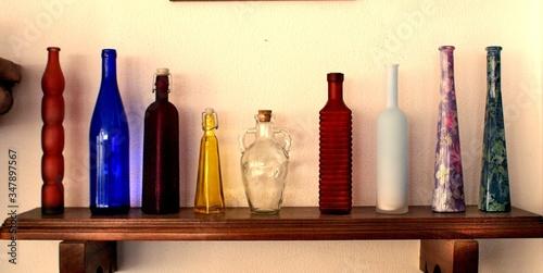 Fotomural Colección de botellas de vidrio de diferentes procedencias