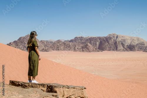 Mujer joven en el desierto Canvas Print