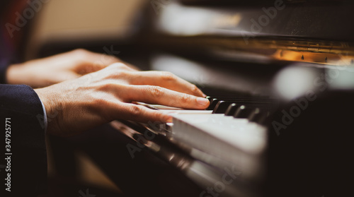 Photo Close up of a musician playing a piano keyboard