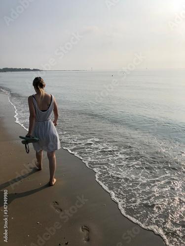 camminare in spiaggia piedi scalzi Canvas Print