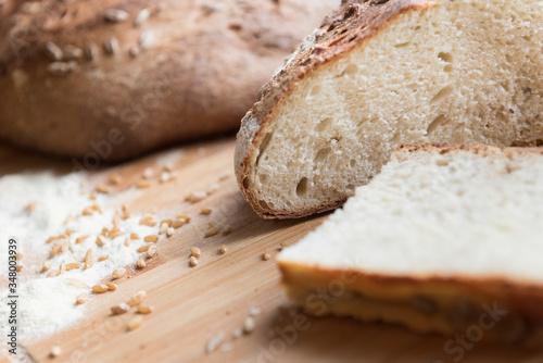 Carta da parati Pane appena sfornato con fetta in primo piano / Freshly baked bread with slice i
