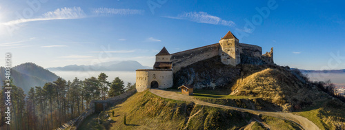 Photo Aerial drone panoramic view of Historical fortress in Risnov or Rasnov