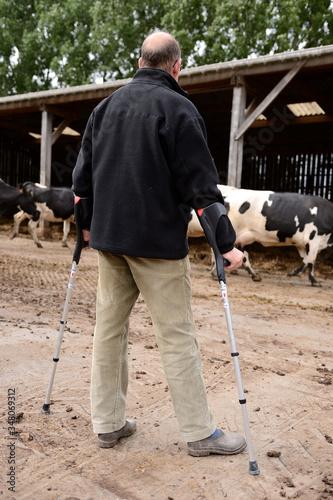 Photographie Agriculteur convalescent en béquilles