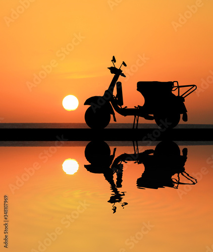 Photo silhouette classic motocycle on sunrise background