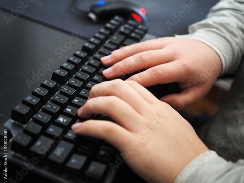 Cuadros en Lienzo Manos sobre teclado