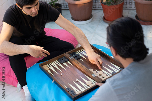 Fotografía Two friends playing backgammon at home