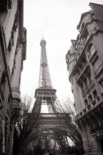 Photo Low Angle View Of Eiffel Tower Against Clear Sky