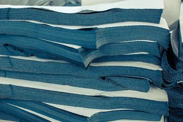 Przemysł odzieżowy, produkcja spodni jeansowych, farbowanie, szycie, pranie, krojenie.