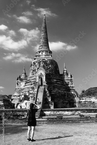 Photo Rear View Of Woman Standing In Front Of Temple At Ayuthaya