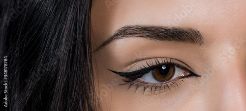 Fotografia close-up photo of woman eye with eyeliner makeup   on white background