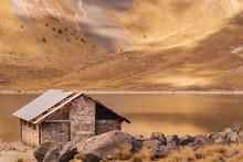 Casa Junto Al Lago Y Al Fondo ...