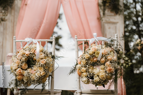 Photo photo of a wedding couple chairs in the garden
