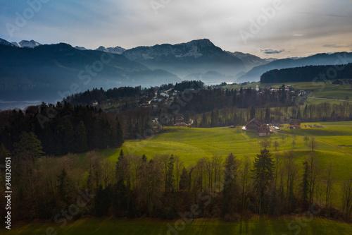 Obraz Luftaufnahme von einer wunderschönen Landschaft aus Luzern mit Bergen im Hintergrund. - fototapety do salonu