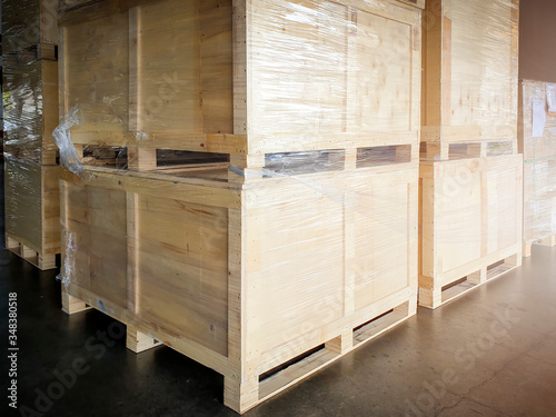 Foto interior of storage warehouse, large shipment crate wooden pallet, cargo import