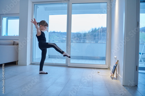 Stampa su Tela girl online education ballet class at home