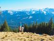 Frau auf dem Gipfel in den Ammergauer Alpen (Bayern)