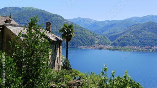 Photo Blick von Carmine auf den Lago Maggiore und Luino und die umliegenden Berge bei