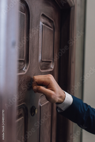 Foto Partial view of collector knocking on door with hand