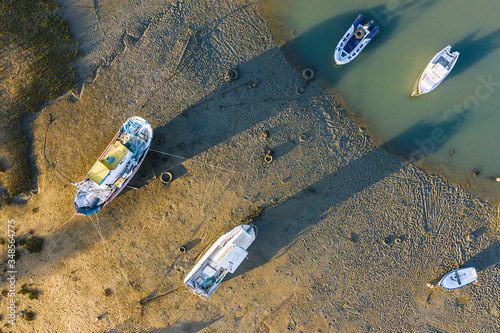 Photo fishing port with some boats ashore at low tide