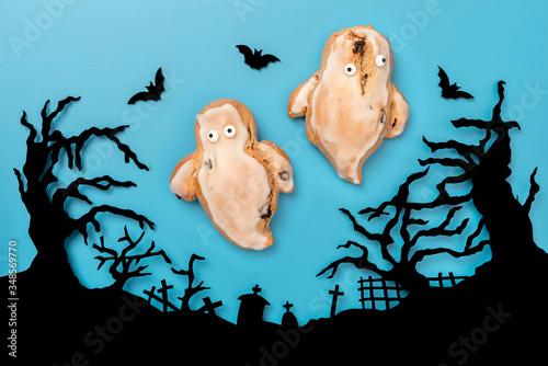 Photo Zwei gebackene Geister über einem Friedhof