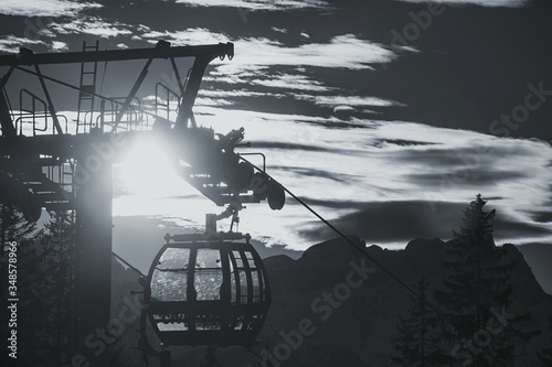 Photo Overhead Cable Cars Against Cloudy Sky At Allegheny Mountains On Sunny Day