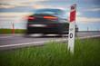 Słupek drogowy przy ruchliwej drodze