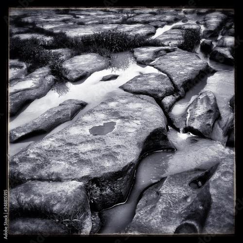 Papel de parede Frozen Brook Between Stones In Wintertime