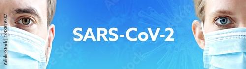 SARS-CoV-2. Gesichter von Mann und Frau mit Mundschutz. Paar mit Maske vor blauen Hintergrund mit Text. Virus, Atemmaske, Corona