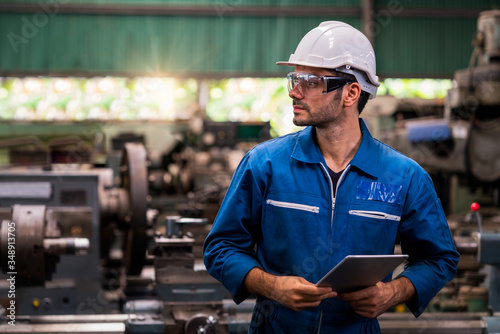 Fotografia Engineers and skilled technicians are maintaining machinery