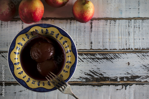 Fotografía Postre de melocotón y nectarina al vino tinto, postre de origen aragonés, postre