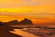 Amanhecer Na Praia Com A Mar B...