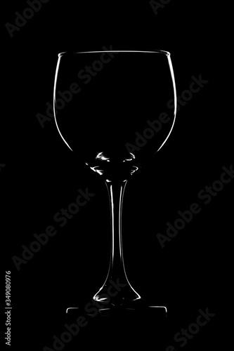 Photo Silueta de una copa de vino sobre fondo negro, foto de naturaleza muerta o steel