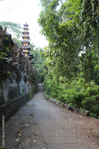 Photo Pagoda of the temple in front of the artist's path in Ubud Bali