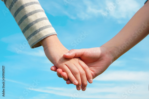 Valokuva Children holding hands 手をつなぐ子供