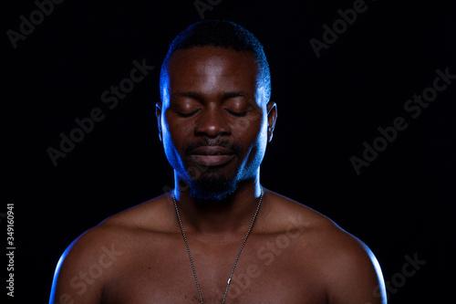 Hombre de raza negra sobre fondo negro. Espiritualidad. Wallpaper Mural