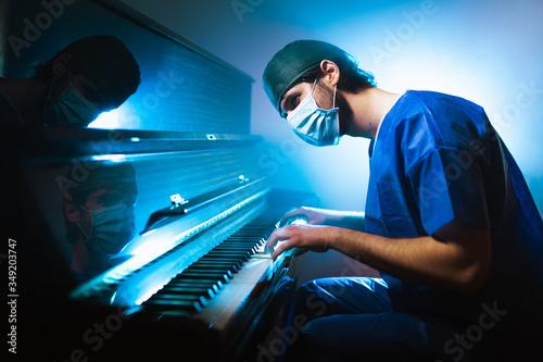 Carta da parati Medico pianista si rilassa suonando il pianoforte dopo il turno in ospedale