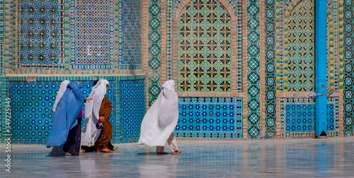 Canvas Print Mazar-e Sharif, Afghanistan, May 2004: Women in burqas at the Blue Mosque in Maz