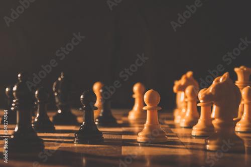 Partida de ajedrez en tablero antiguo Canvas Print