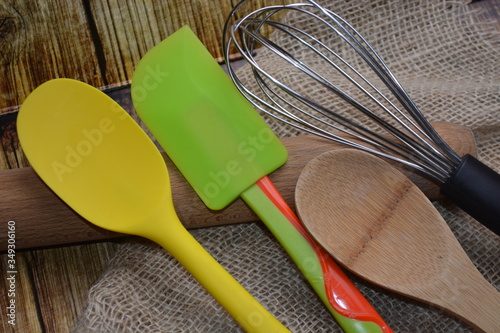 Photo attrezzi per cucinare utensili da cucina in legno e metallo e plastica