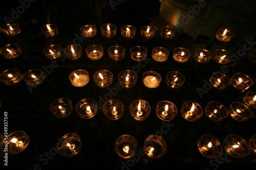 nombreuses bougies en hommage à la vierge Marie Fototapeta