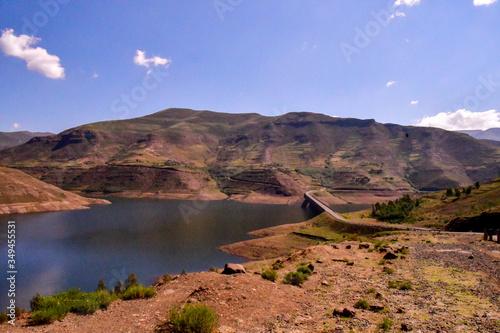 Foto Lesotho王国をレンタカーで走った風景。壮大な山々と咲き乱れるコスモス、特徴的な農村部の家屋など見所が多い