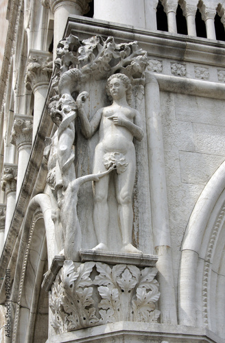 Tela Part of facade of Doge's palace with columns, windows, sculptures in Venice