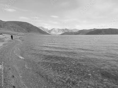 Photo Lonely yet beautiful walk along the high altitude lake
