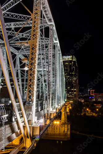 Cuadros en Lienzo night view of nashville and the shelby st bridge in tennessee